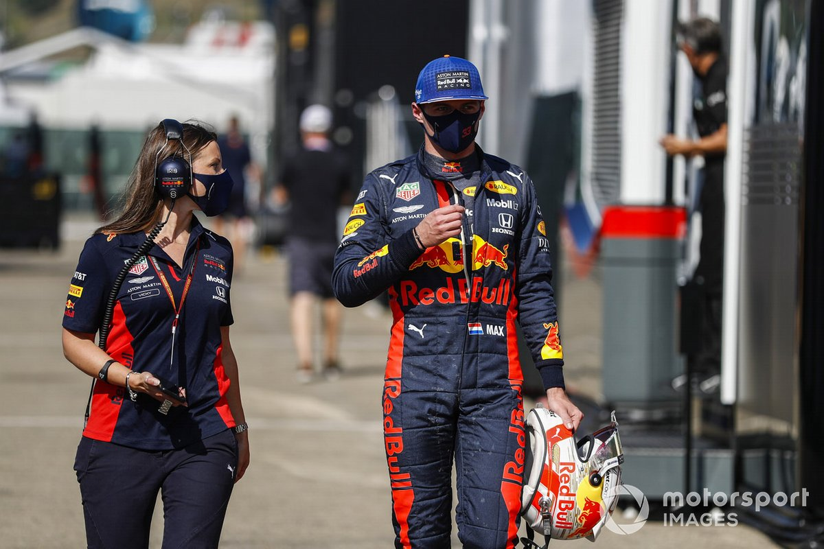 Max Verstappen, Red Bull Racing, in pit lane dopo l'incidente della gara