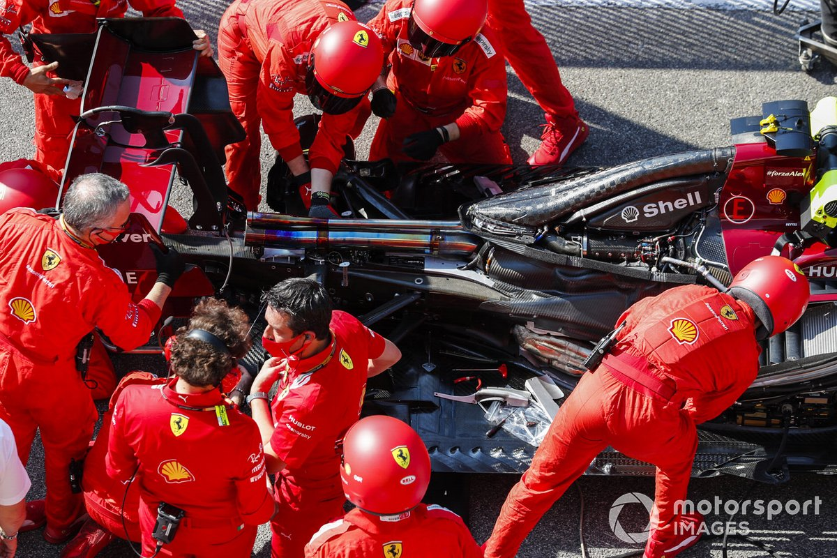 ferrari-mechanics-at-work-on-t-1.jpg