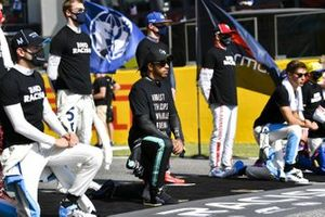 Lando Norris, McLaren, Lewis Hamilton, Mercedes-AMG F1, George Russell, Williams Racing, and the other drivers stand and kneel in support of the End Racism campaign prior to the start