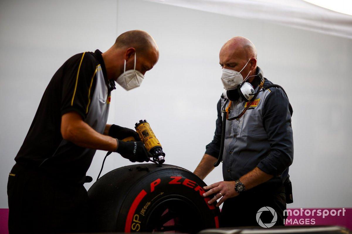 Los técnicos de Pirelli trabajan en algunos neumáticos