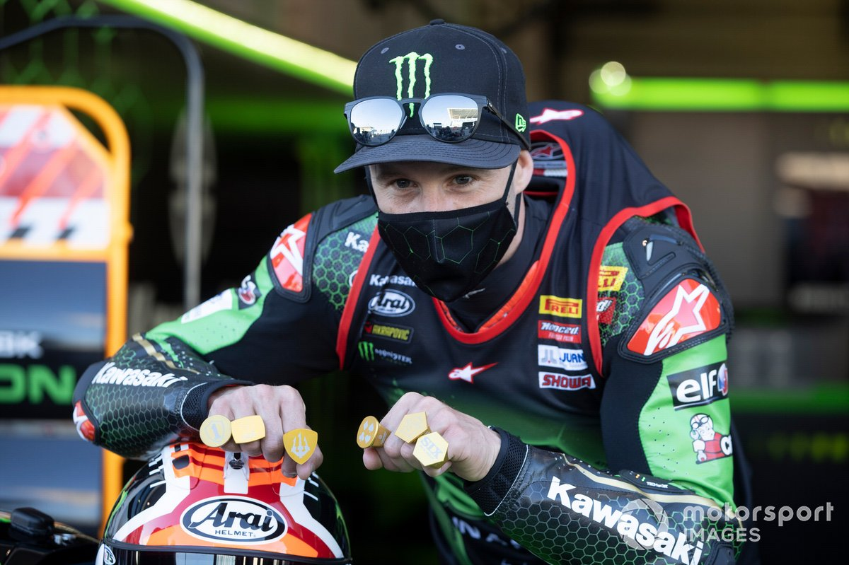 Jonathan Rea, del equipo Kawasaki Racing Team celebra su sexto Campeonato Mundial, con seis anillos de oro