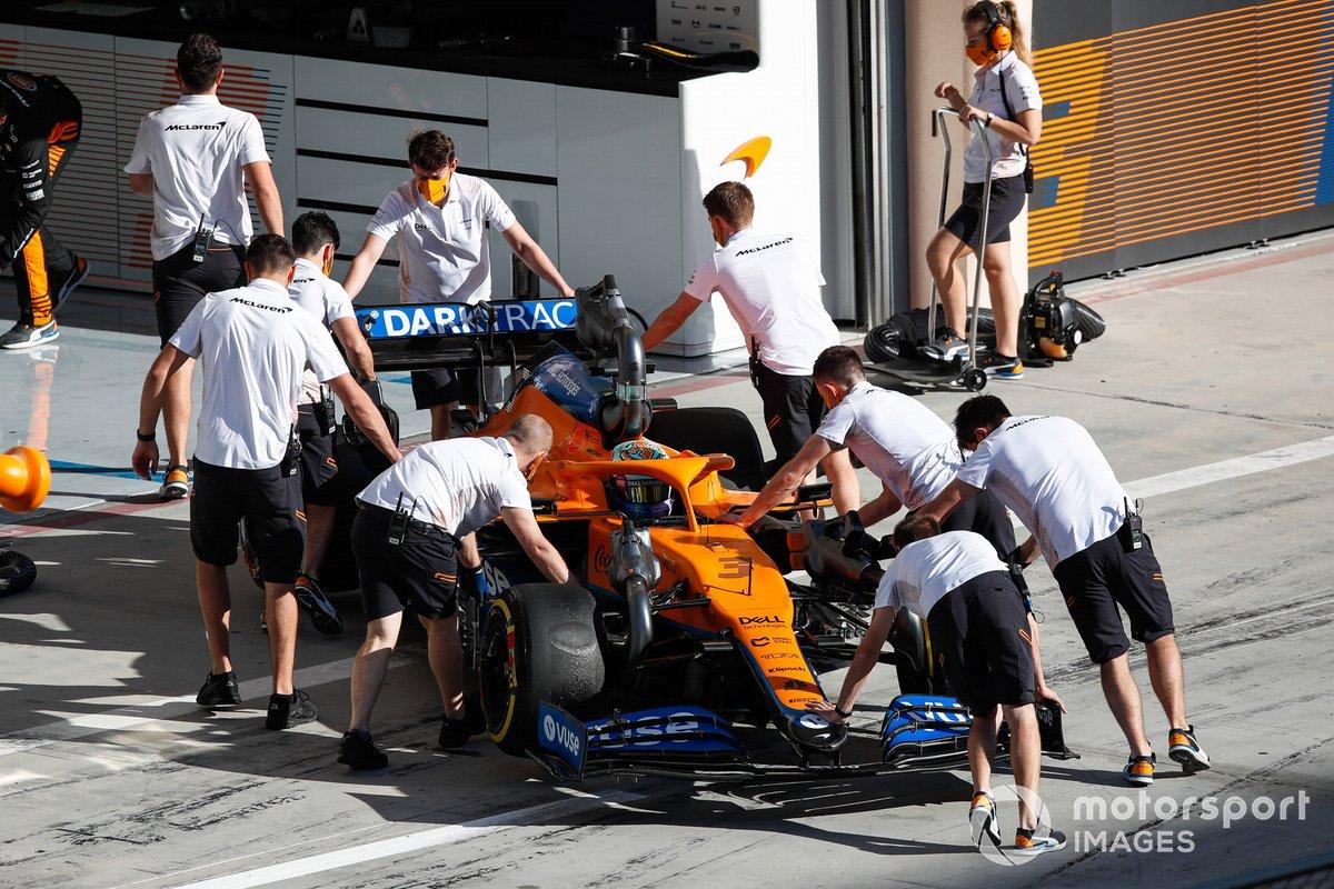 Los mecánicos empujan a Daniel Ricciardo, McLaren MCL35M, de vuelta al garaje