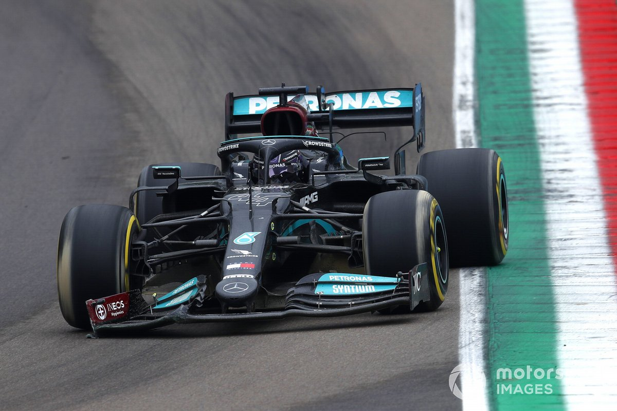 Lewis Hamilton, Mercedes W12, entra in pitlane con l'ala anteriore danneggiata