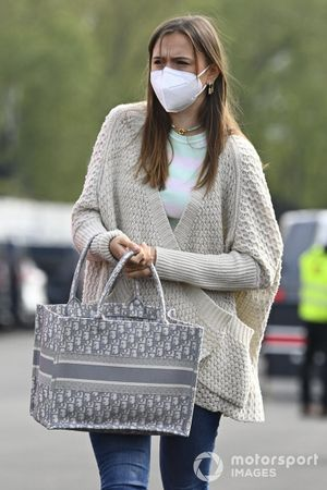 Charlotte Sine, novia de Charles Leclerc, llega al circuito