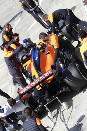 Ландо Норрис, McLaren MCL35M, на пит-лейне