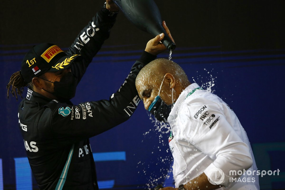 Lewis Hamilton, Mercedes, 1 ° posto, festeggia sul podio