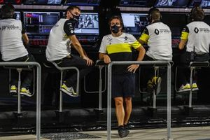 Alan Permane, Sporting Director, Renault Sport F1 Team, and Fernando Alonso, Renault, on the pit wall
