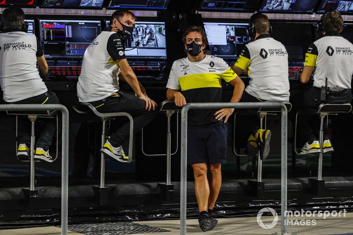 Alan Permane, Director Deportivo, Renault Sport F1 Team, y Fernando Alonso, Renault, en el muro de boxes.