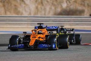 Carlos Sainz Jr., McLaren MCL35, George Russell, Mercedes F1 W11