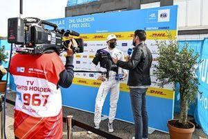 L'auteur de la pole position Jake Dennis, BMW i Andretti Motorsport, lors d'une interview dans le parc fermé