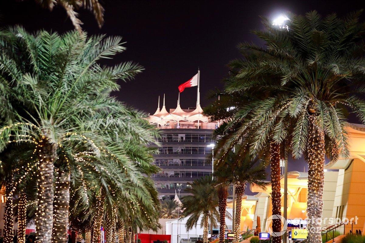Palmeras y la bandera de Bahrein en el circuito