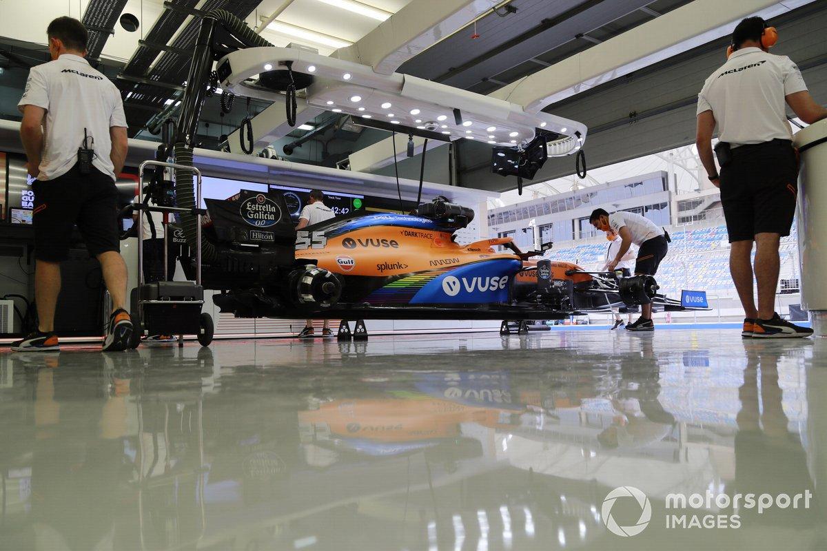 Mecánicos con el coche de Carlos Sainz Jr., McLaren MCL35