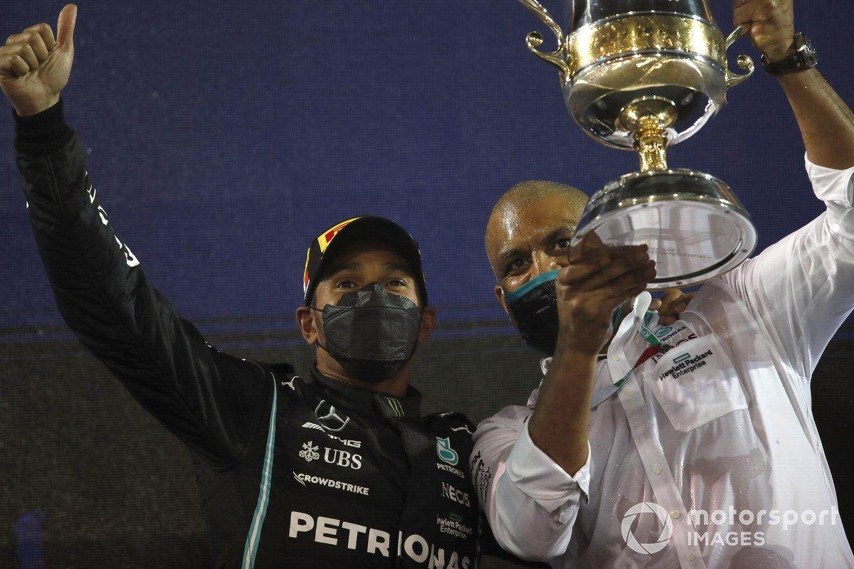 Lewis Hamilton, Mercedes, festeggia la vittoria nel Parco chiuso