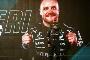Valtteri Bottas, Mercedes W12, derde plaats, op het podium