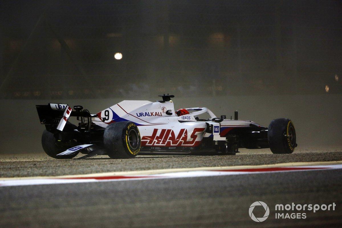 Nikita Mazepin, Haas VF-21, choca en la primera vuelta
