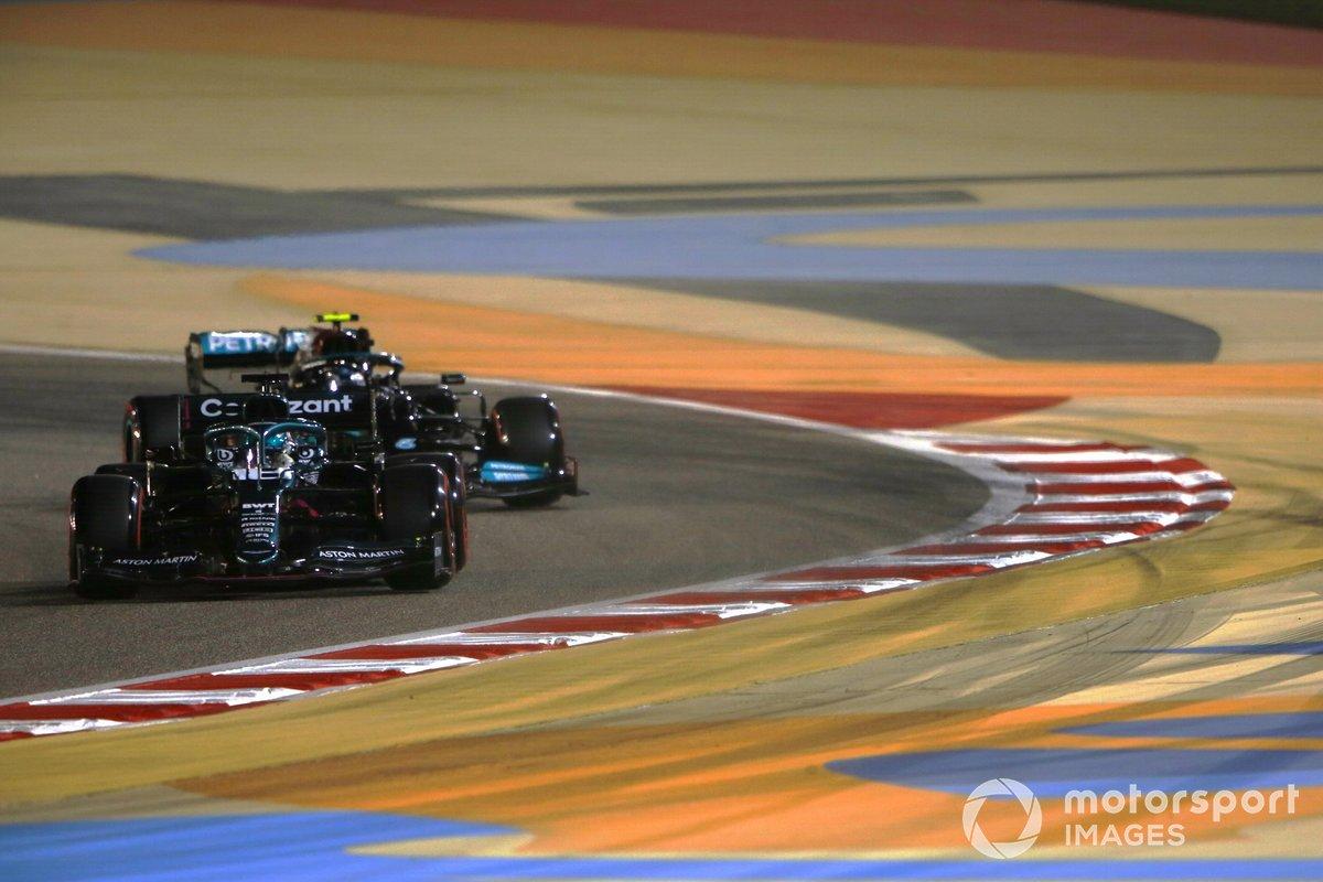 Lance Stroll, Aston Martin AMR21, Valtteri Bottas, Mercedes W12