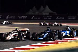 Theo Pourchaire, ART Grand Prix, battles with Roy Nissany, Dams, ahead of Richard Verschoor, MP Motorsport