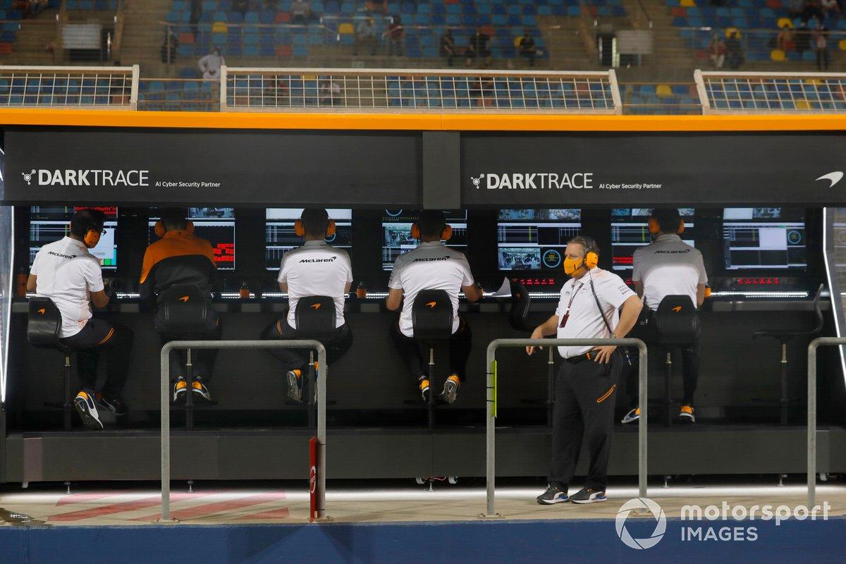 Zak Brown, CEO, McLaren Racing, al muretto dei box
