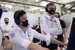 Тото Вольф, руководитель команды и генеральный директор, Mercedes AMG, и Джеймс Эллисон, технический директор, Mercedes AMG