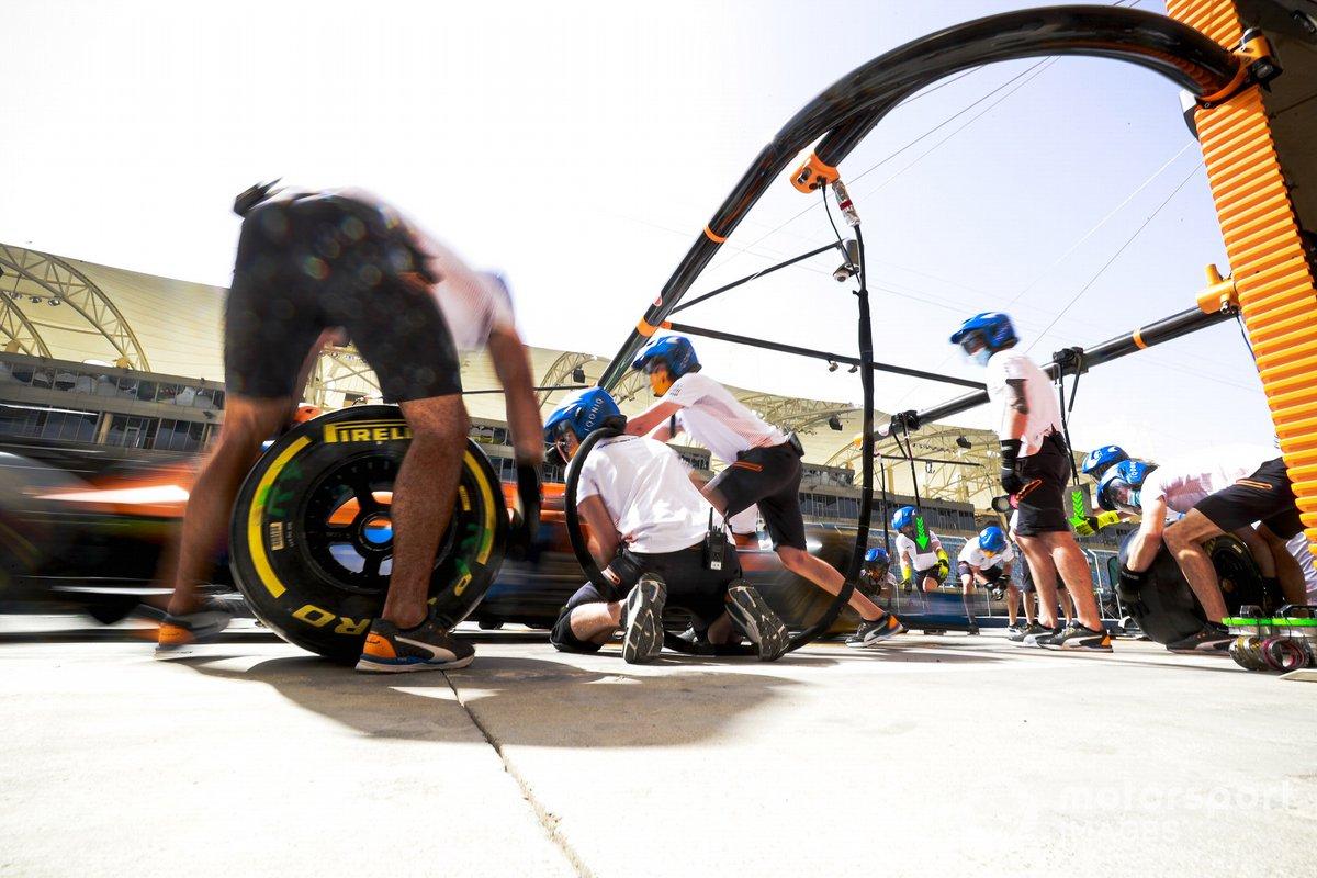 Práctica de parada en boxes fuera del garaje de McLaren
