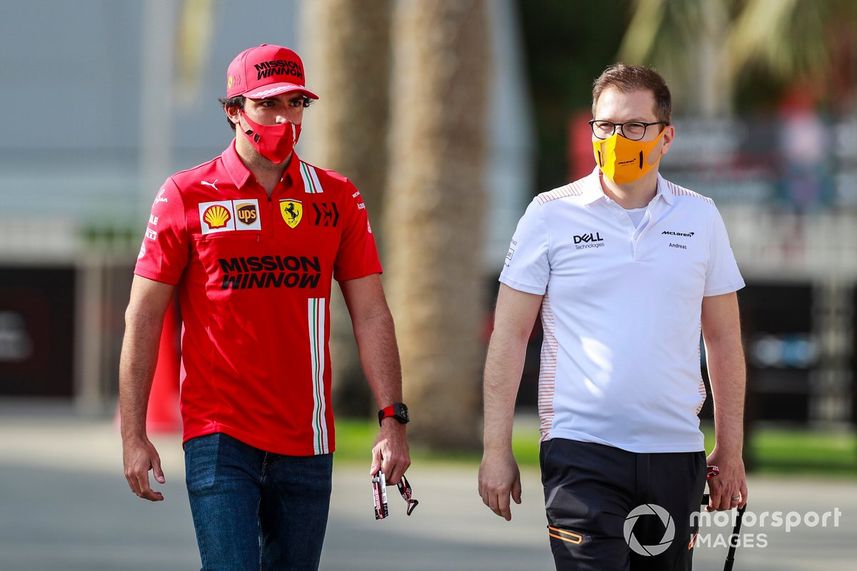 Carlos Sainz Jr., Ferrari, y Andreas Seidl, director de McLaren
