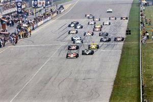 Gilles Villeneuve, Ferrari 312T3. Mario Andretti, Lotus 79 Ford au départ