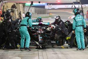 Lewis Hamilton, Mercedes F1 W11, dans les stands