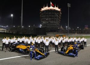 Mclaren team shot on track in Bahrain, Carlos Sainz Jr., McLaren MCL35 Lando Norris, McLaren MCL35, Zak Brown, CEO, McLaren Racing and Andreas Seidl, Team Principal, McLaren
