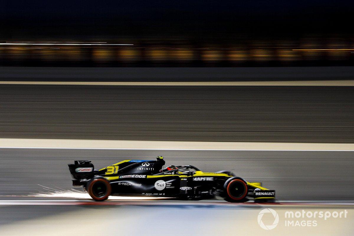 Volano scintille dall'auto di Esteban Ocon, Renault F1 Team R.S.20