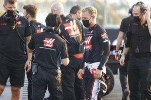 Kevin Magnussen, Haas F1, and Ayao Komatsu, Chief Race Engineer, Haas F1, on the grid
