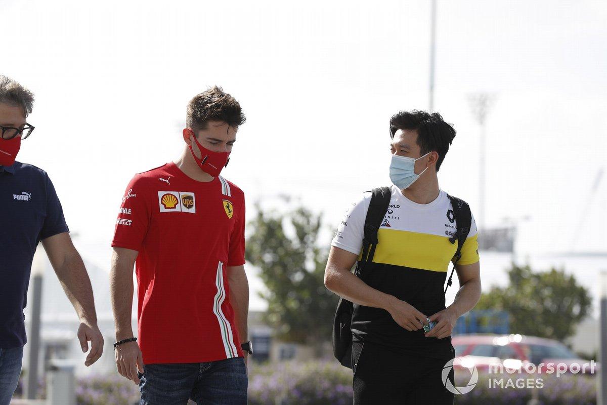 Charles Leclerc, Ferrari, habla con Guanyu Zhou, Renault Sport Academy driver