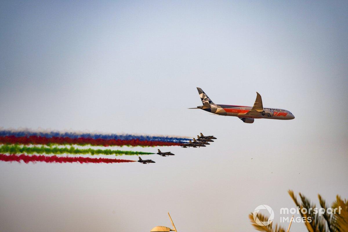 El equipo de exhibición de la Fuerza Aérea de los Emiratos Árabes Unidos Al Fursan escoltan un Boeing 787 Dreamliner en el aire sobre la parrilla, antes de la salida