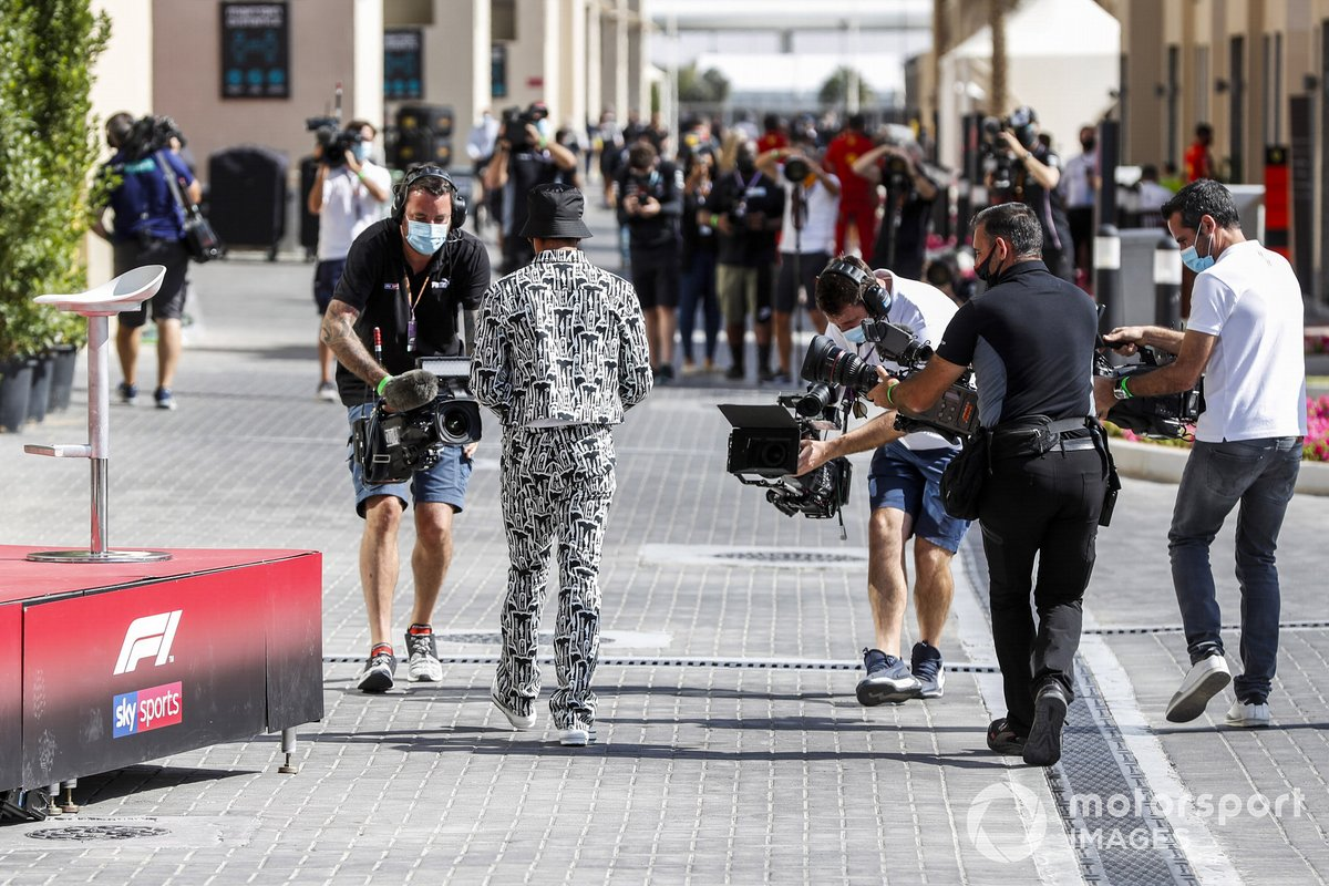 Lewis Hamilton, Mercedes-AMG F1, nel paddock