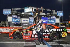 Le vainqueur Martin Truex Jr., Joe Gibbs Racing, Toyota Camry Bass Pro