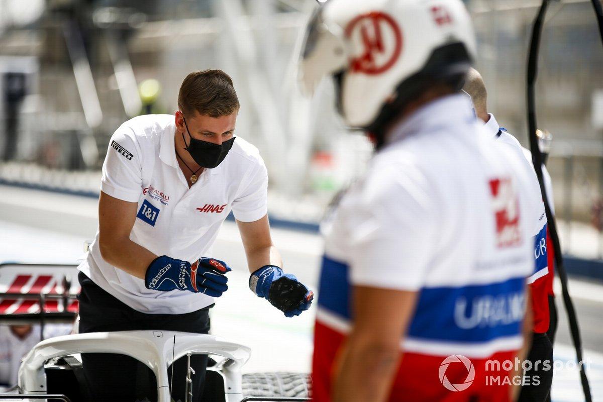 Mick Schumacher, Haas F1, durante un ensayo de pitstop