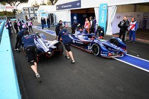 Mechanics move the cars of Robin Frijns, Envision Virgin Racing, Audi e-tron FE07, Nick Cassidy, Envision Virgin Racing, Audi e-tron FE07