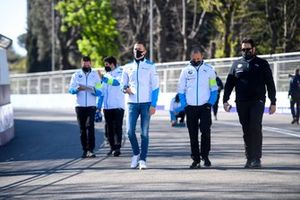 Maximilian Günther, BMW I Andretti Motorsport, walks the track with his team