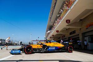 Lando Norris, McLaren MCL35M, sort de son garage