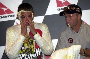 Randy Mamola y Valentino Rossi, Honda celebra la victoria en el campeonato