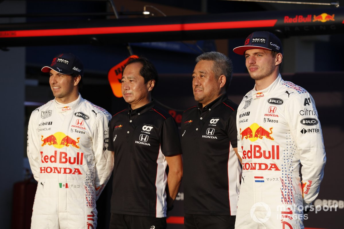 Sergio Perez, Red Bull Racing Toyoharu Tanabe, F1 Technical Director, Honda, and Masashi Yamamoto, General Manager, Honda Motorsport, with the car of Max Verstappen, Red Bull Racing RB16B Max Verstappen, Red Bull Racing