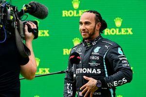 Ganador de la pole position Lewis Hamilton, Mercedes, es entrevistado tras la clasificación