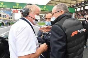 Helmut Marko, adviseur, Red Bull Racing, en Stefano Domenicali, CEO, Formule 1, op de startgrid