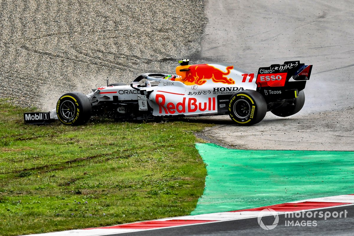 Sergio Pérez, Red Bull Racing RB16B, hace un trompo