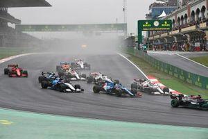 Lewis Hamilton, Mercedes W12, Antonio Giovinazzi, Alfa Romeo Racing C41, Esteban Ocon, Alpine A521, George Russell, Williams FW43B, and the remainder of the field at the start