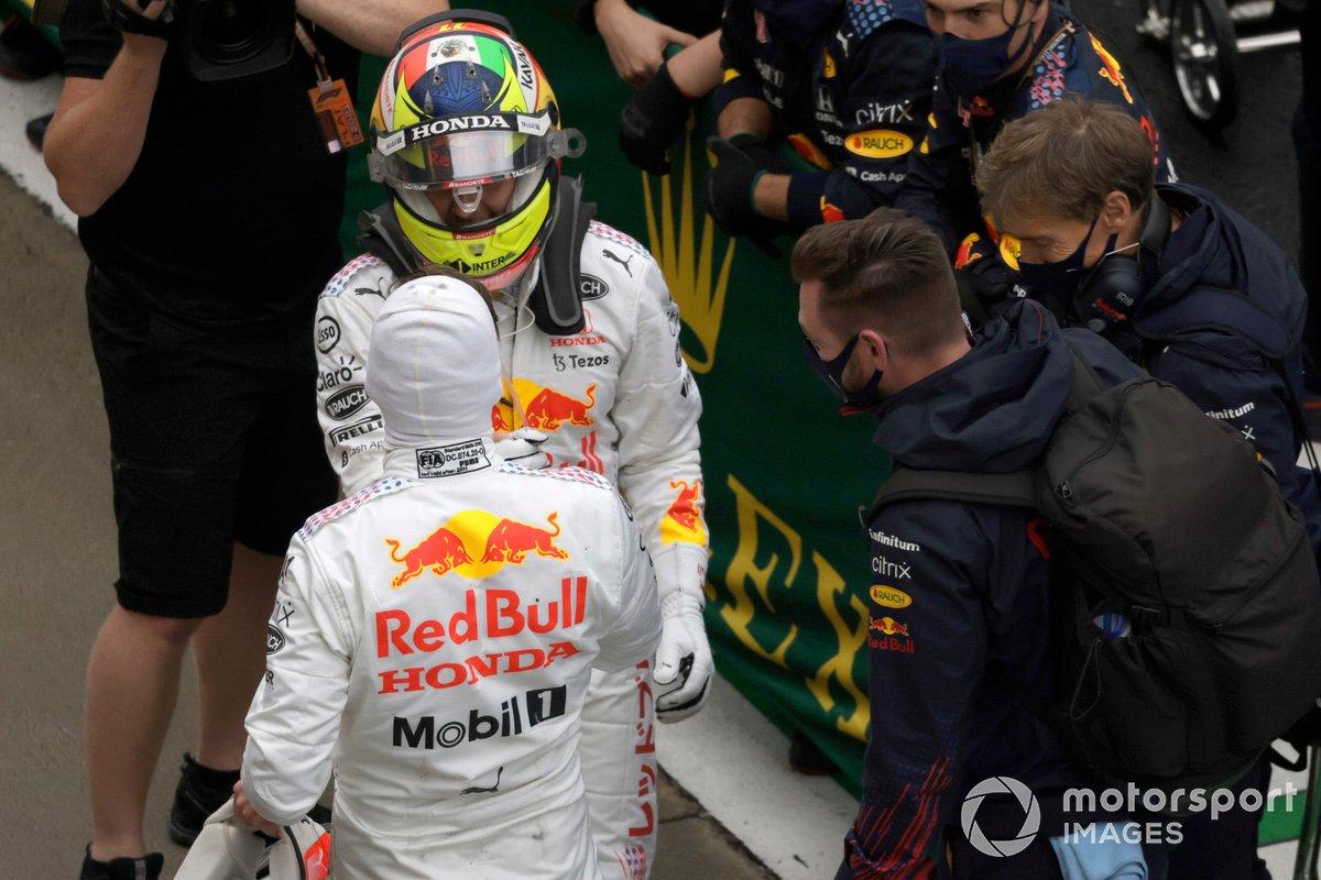 Max Verstappen, Red Bull Racing, 2ª posición, y Sergio Pérez, Red Bull Racing, 3ª posición, celebran en el Parc Ferme