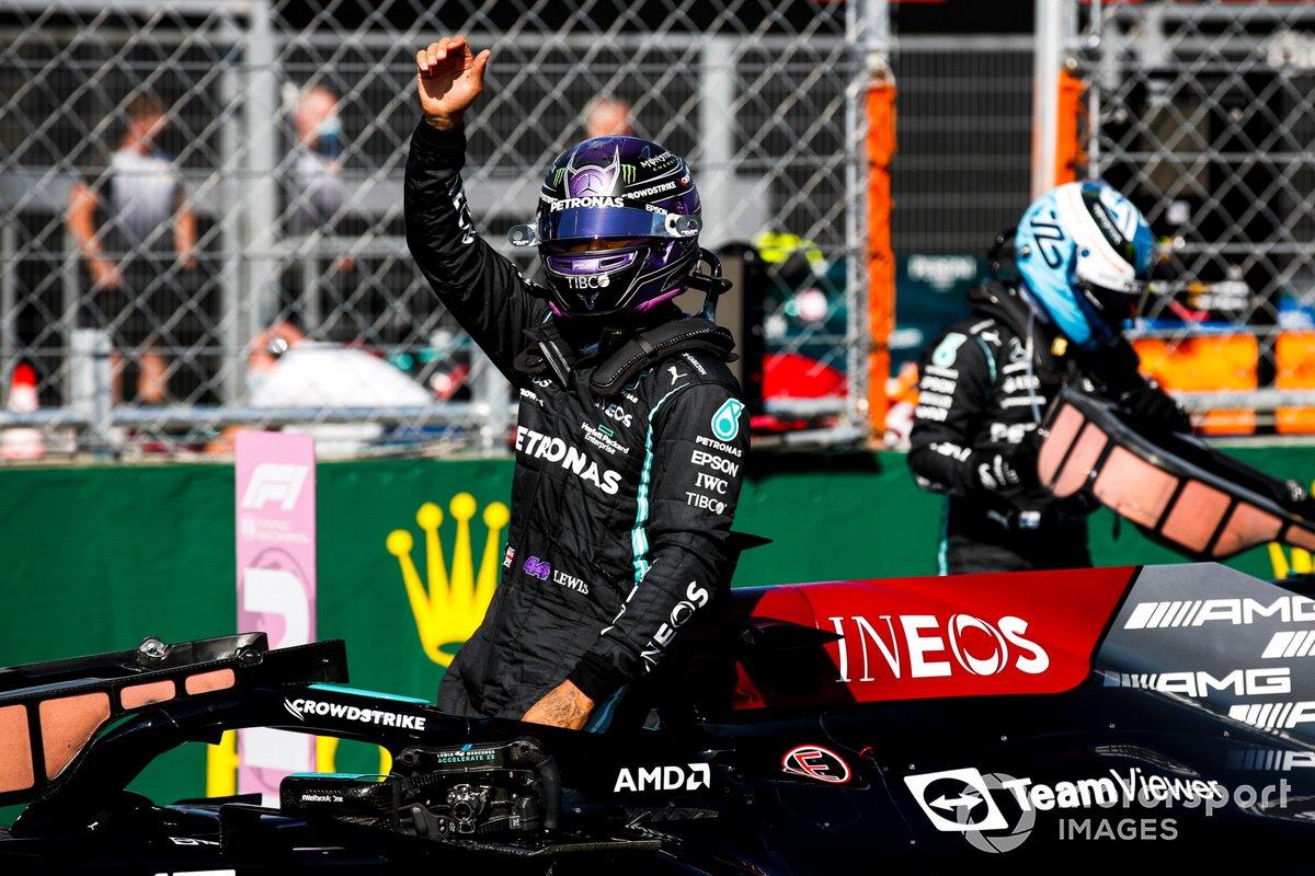 Ganador de la pole Lewis Hamilton, de Mercedes, llega al Parc Ferme