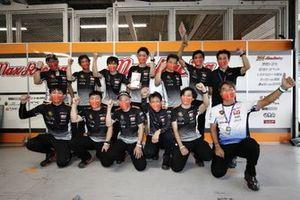 244号車たかのこの湯GR Supra GTのチームスタッフたち