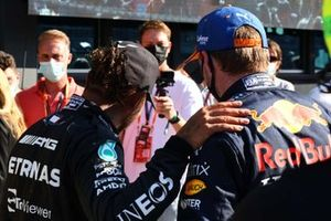 Segundo lugar Lewis Hamilton, Mercedes, y el ganador Max Verstappen, Red Bull Racing