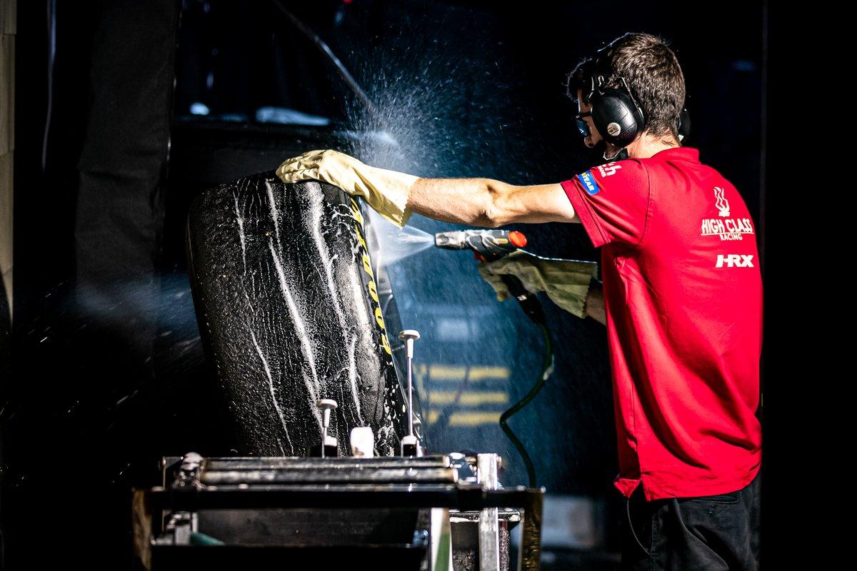 Mecánico de lavando un neumático