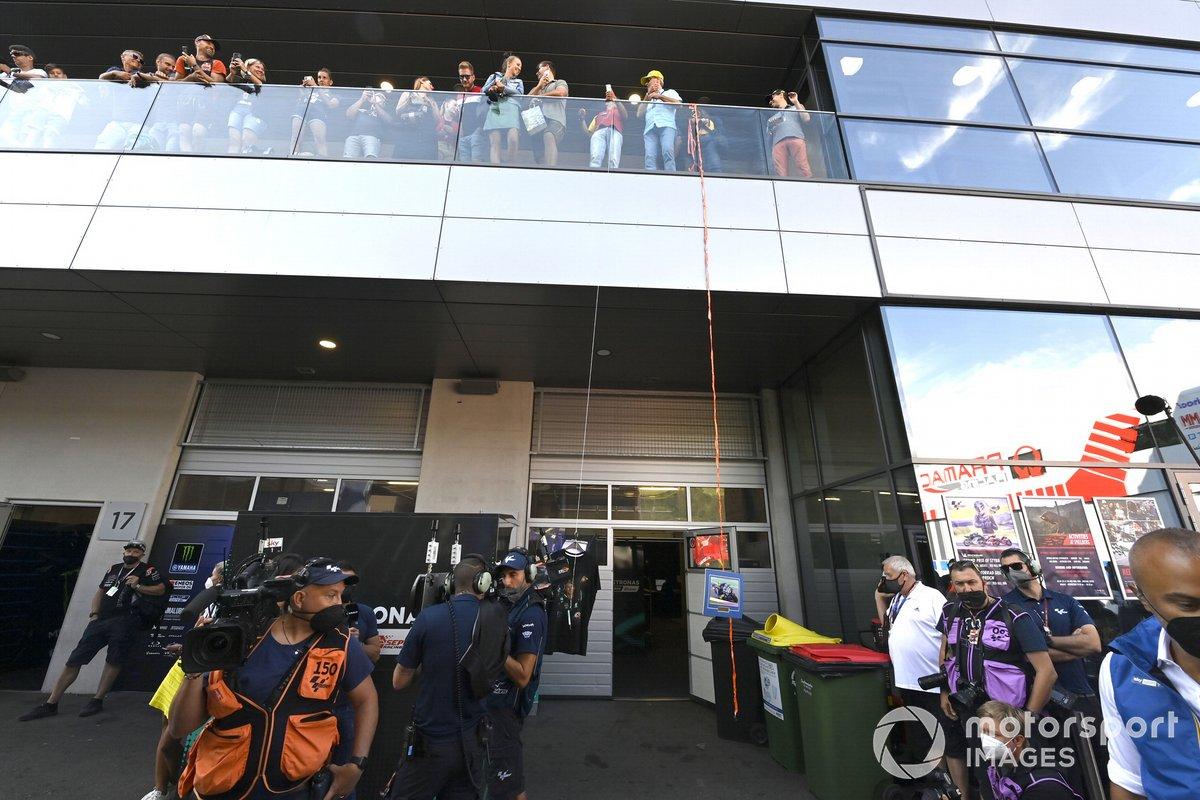 Fans de Valentino Rossi, Petronas Yamaha SRT, esperando